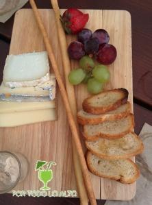 Tabla de tres quesos y frutas